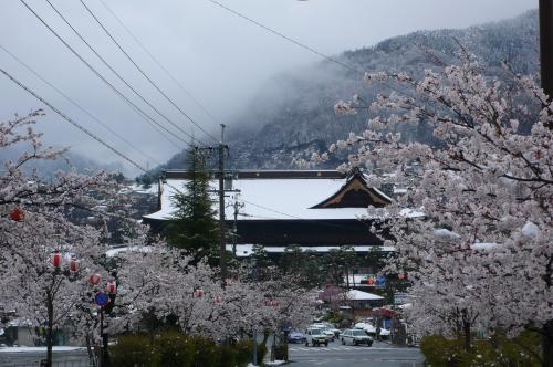善光寺の屋根も雪で真っ白です