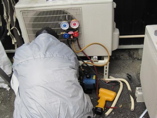エアコンの取付け工事には、必ず真空ポンプを使います!