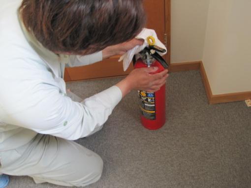 消火器をきれいに拭きながらサビ等がないか点検します