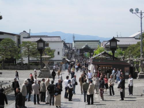 朝から仲見世を通って参拝客が善光寺さんへ上ってきます