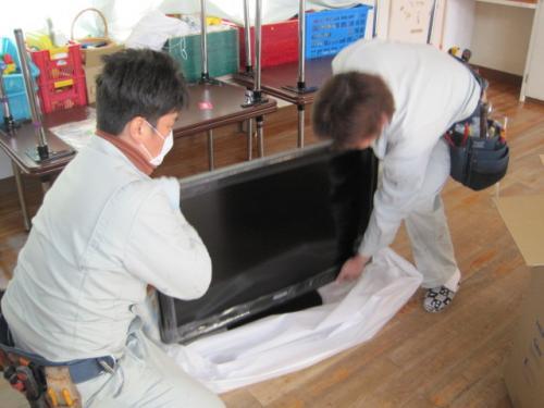 テレビを箱から取り出します