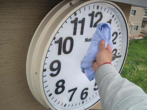 屋外時計のガラスを磨きます