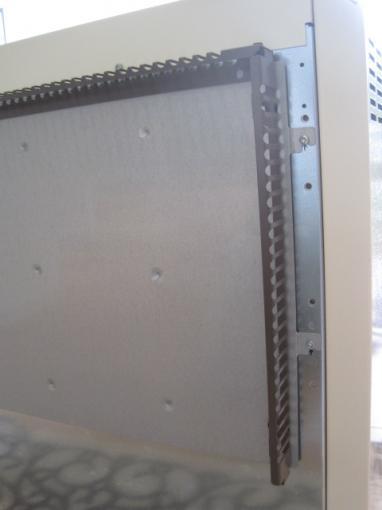蓄熱暖房器の裏側に、壁とのスペーサーを取付けます