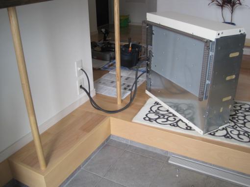 蓄熱暖房器の配線を接続します
