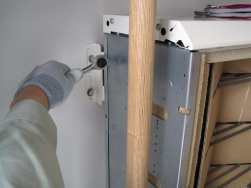 蓄熱暖房器を設置しました  転倒防止で固定します