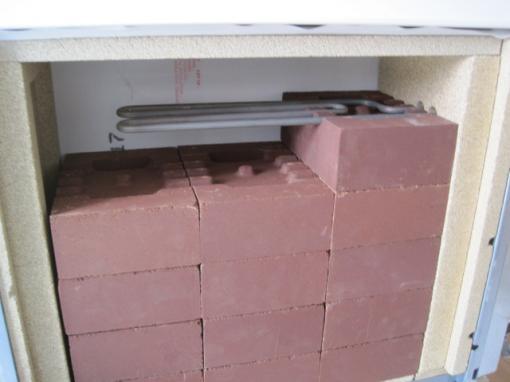 蓄熱暖房器レンガを積みます  あともう少しです