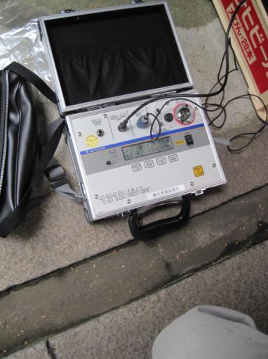 漏電を測定する活線メガです
