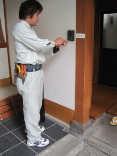 配線やインターホンのぐらつき等  点検して気が付いた所はその場で修理します。