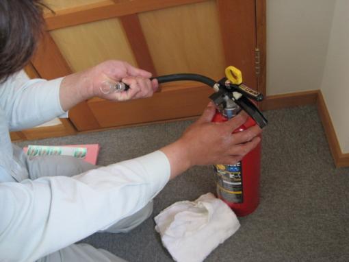 消火薬剤の粉が詰まっていないか点検します