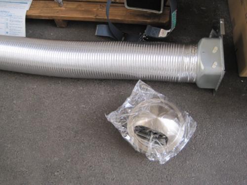 排気ダクト は150Φのアルミ製です  フードは150Φのステンレス製防虫網つきです