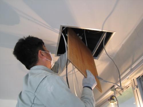 出来上がった部品を天井裏へ設置します