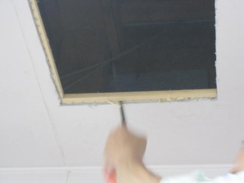 天井に埋込み換気扇用の開口をします