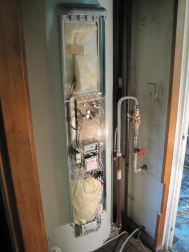 電気温水器へ電源を接続します