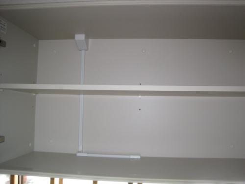 戸棚の中は、配線を保護しなければ危険です