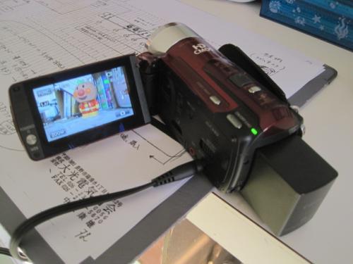 ホームビデオで撮影して映像を各教室のテレビに流します