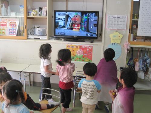 離れた各教室で一斉に同じ映像を見る事が出来ます