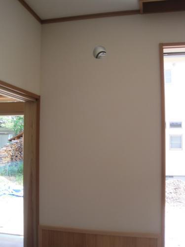 壁に換気扇用の穴を開口します