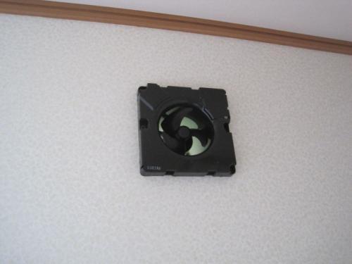壁に換気扇を取りつけます