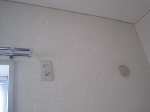 エアコンの配管穴をふさぎます
