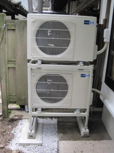今回のエアコン工事は室外機を2台重ねます