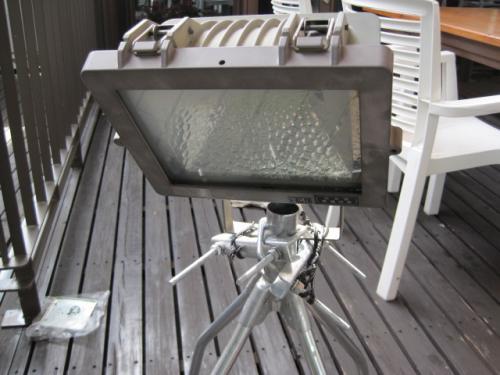 屋根馬にハロゲンライトの投光器を取付けます