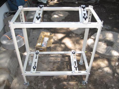 室外機の設置の準備です  室外機の設置場所が狭いので2段の架台を使用します