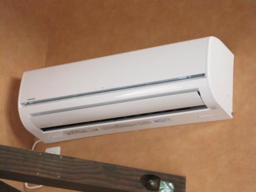 東芝エアコンの室内機を壁に取付けました