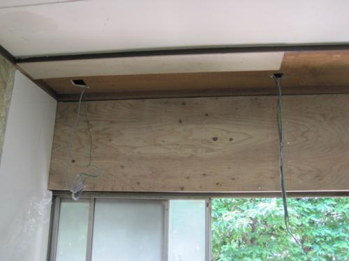 壁もきれいな板で下張りをします  電気の配線もしておきます