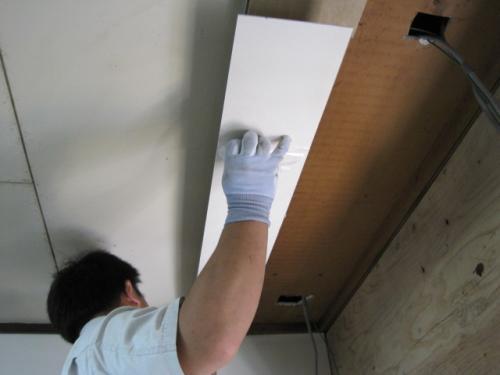 天井も、おそうじが楽なキッチンパネルを張ります