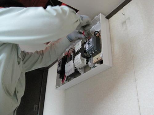 電灯盤を交換して、IHクッキングヒーター用の専用回路を増設します