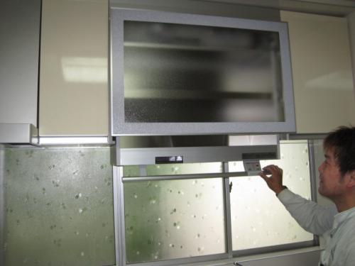 電動水切り棚は片手の指だけで簡単に上下できます