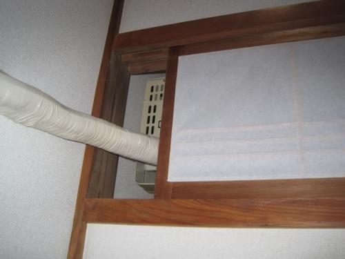 和室の室内機の配管は今までと同じに  ランマの障子のすき間から配管します  穴を開けてしまうと引越しの時に補修するようになります
