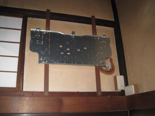 エアコンの取付け板を固定しました