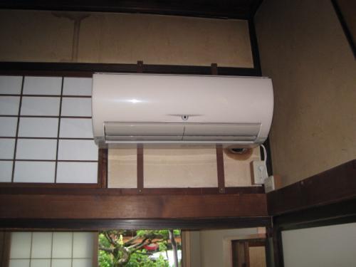 エアコンの室内機を固定しました