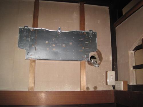 コンセントを専用回路のコンセントに交換して  室内機の取付け板を固定しました