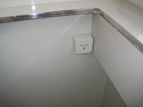 キッチンの中へ専用回路のコンセントを取り付けます