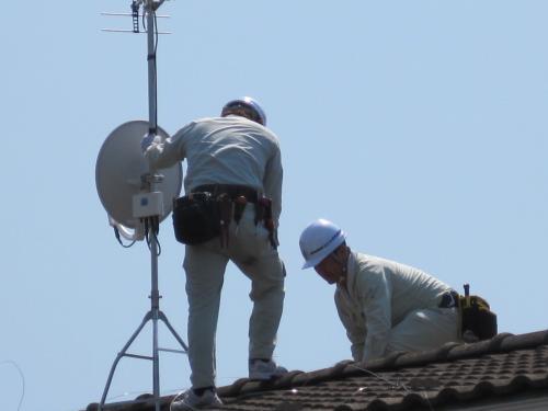 アンテナを屋根に固定します