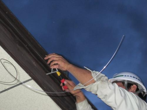 アンテナの転倒防止をステンレス製支線でシッカリ固定します