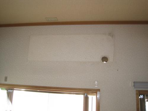 新しいエアコンは同じ配管穴を使用します