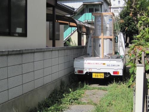 お客様の入り口は狭いですが軽トラックですから大丈夫です  バックで入ります
