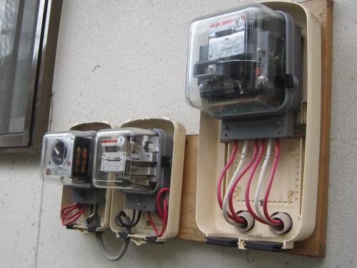 既設の電灯メーターと電気温水器のメーターとタイムスイッチです