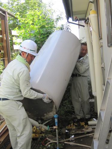 撤去した電気温水器を運び出します