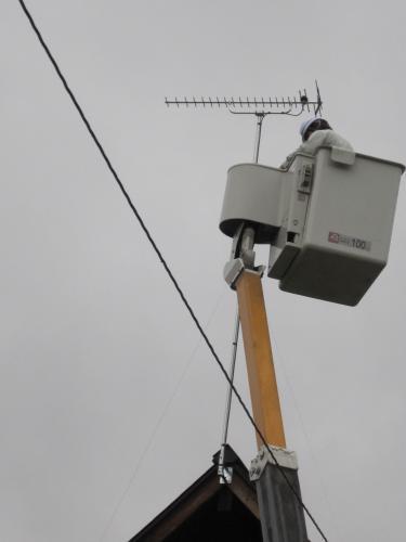 20素子のUHFアンテナを立てて電波を測定します  測定の結果アンテナのポールを更に3.6m高くします