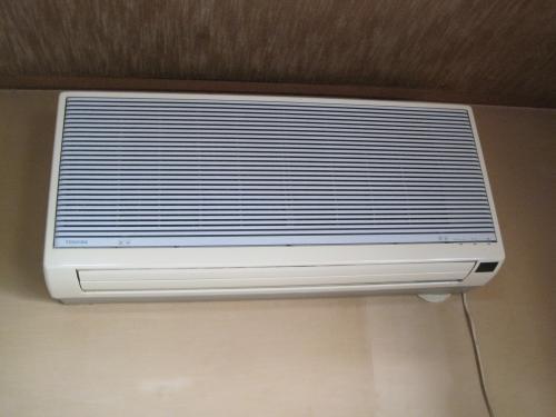 古いエアコンの室内機です