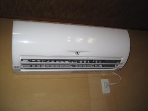 三菱ズバ暖エアコンの室内機を取付ました  専用のコンセントを取付けて運転を開始しました