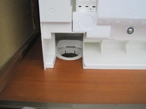床に配管の穴を開けます