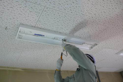 天井へインバーター照明器具を取付けます