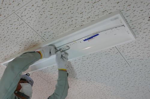 インバーター照明器具へ配線を接続します