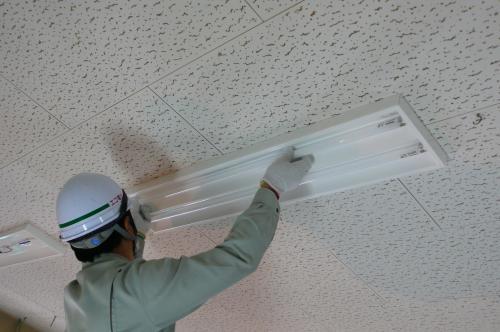インバーターFHF32Wの蛍光ランプを取付けます