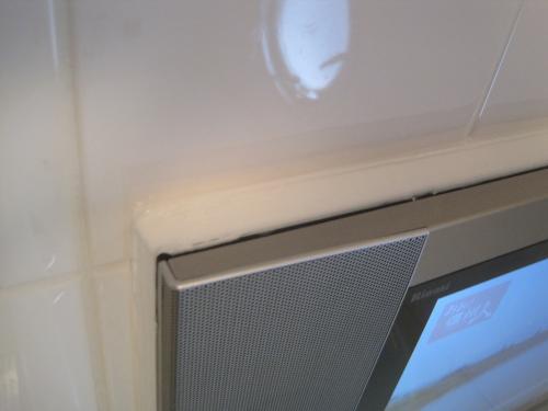 テレビの周りはコーキングで防水処理をします